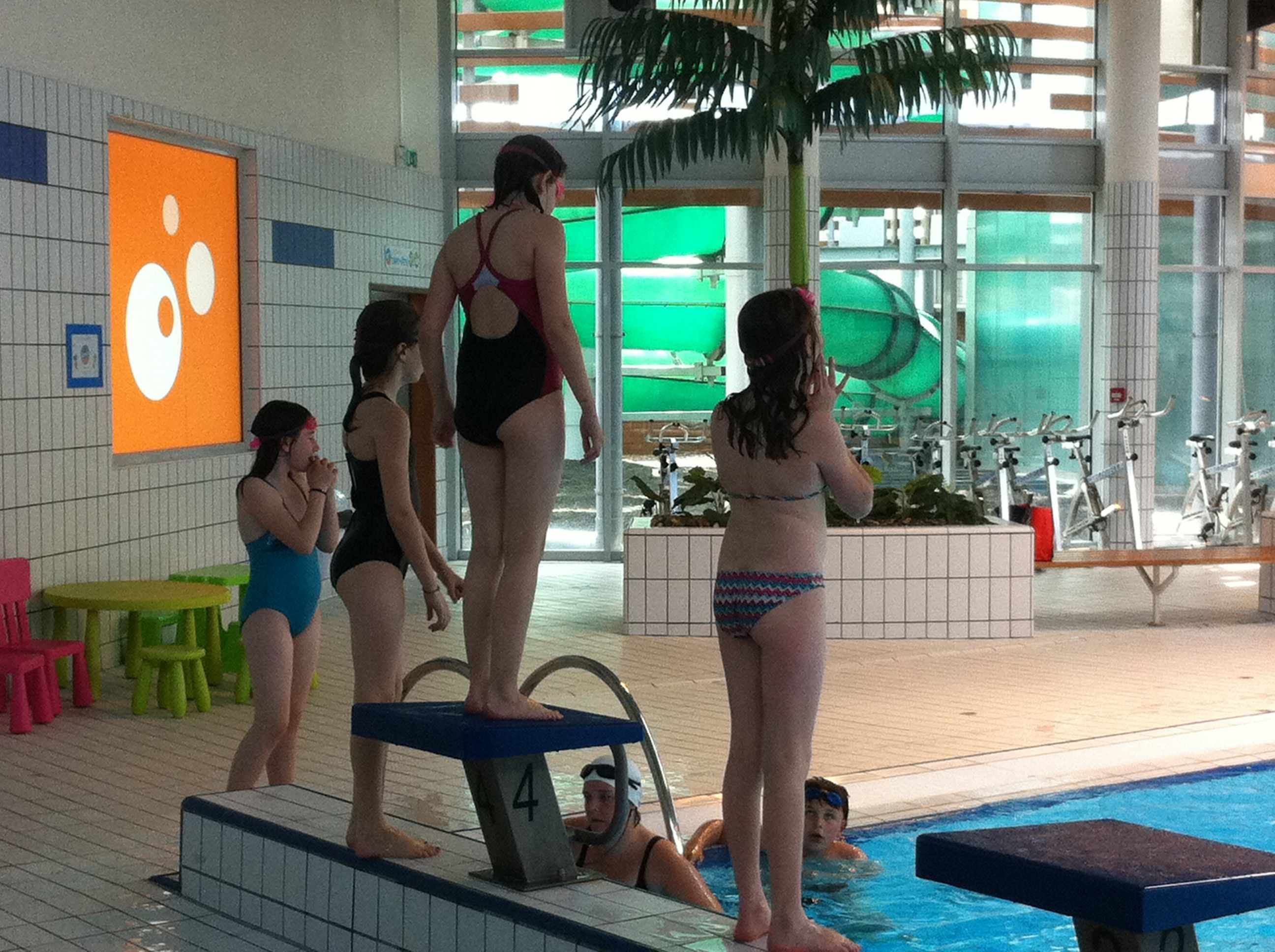 Une vir e la piscine for Carpiquet piscine
